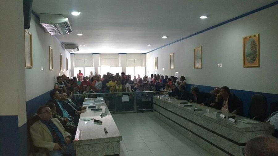 Falta de Respeito Servidores Municipais da Educacao em Crato realizam mais um manifesto em frente a Prefeitura Municipal e cobram salarios atrasados (1)
