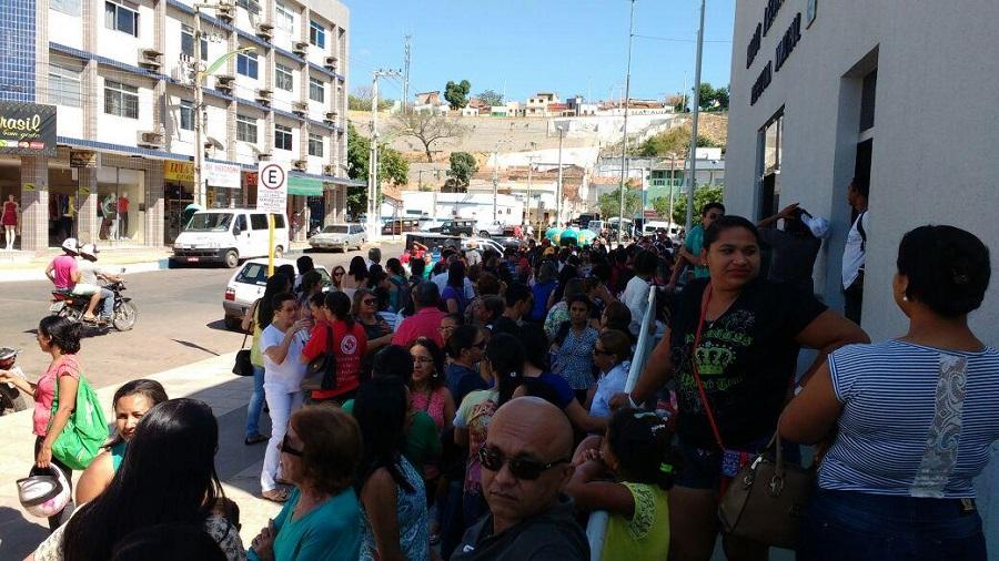 Falta de Respeito Servidores Municipais da Educacao em Crato realizam mais um manifesto em frente a Prefeitura Municipal e cobram salarios atrasados (6)