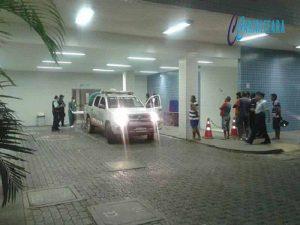 Durante assalto um bandido morreu e outro saiu baleado ao serem flagrados pela policia roubando um aparelho celular. HRC