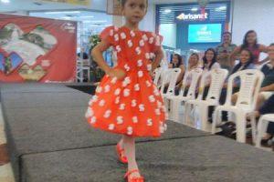 Desfile de moda com material reciclado realizado pelo CRAS Triângulo une criatividade e consciência ecológica