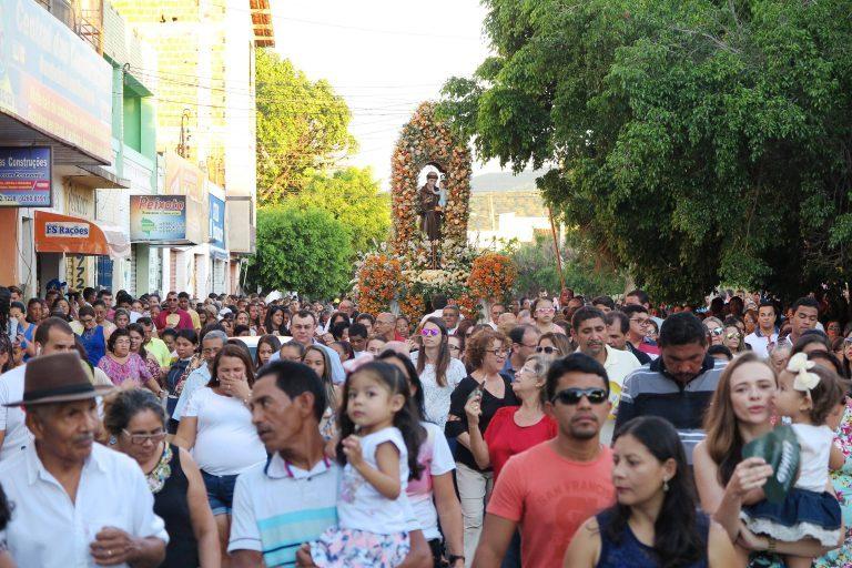 BARBALHA Procissão com multidão encerra festa de Santo Antônio