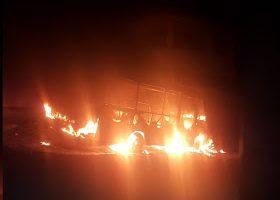 Ônibus é incendiado; secretário do município sofre acidente ao tentar apagar fogo