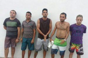 Quinteto é conduzido pela PM a 19ª DRPC ao ser flagrado de posse de arma de fogo, munições e drogas em Crato