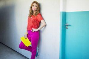 Julia Lund, a Mônica de 'pega pega', posa com looks coloridos e surge bem diferente da personagem