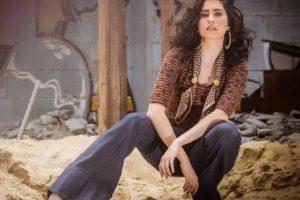 Olivia Torres, a Tereza de 'tempo de amar', mostra como combinar roupas de brechós com outras mais moderninhas