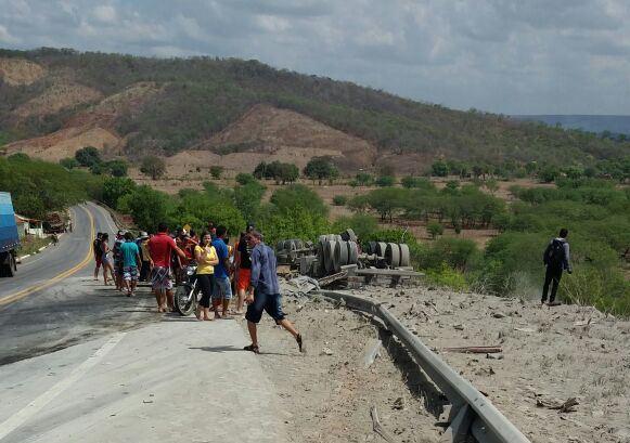 Caminhoneiro morre  na CE 292 EM Santana do Cariri após perder controle do veiculo que guiava que capotou.