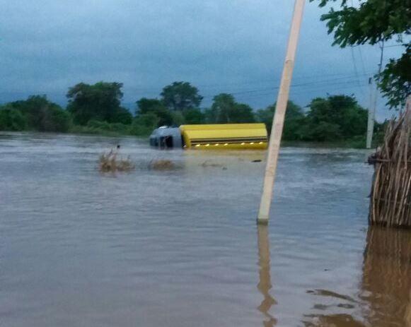 Caminhão fica submerso na barragem do Rosário, em Milagres