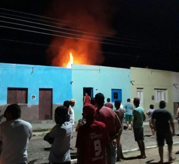 Botijão de gás explode e provoca incêndio em residência deixando quatro pessoas de uma mesma família gravemente feridas em Campos Sales