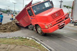Caminhão cai em buraco em uma das principais avenidas de Juazeiro do Norte