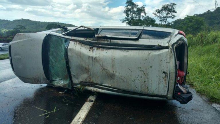 Em Milagres, carro capota na CE 384 na saída para Mauriti e deixa 4 pessoas da mesma família feridas