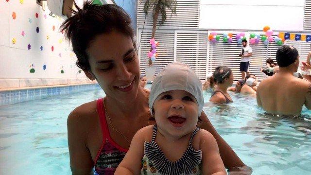 Natação ajuda a desenvolver habilidades motoras do bebê