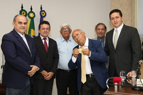 Câmara de Juazeiro homenageia poeta Pedro Bandeira com Comenda