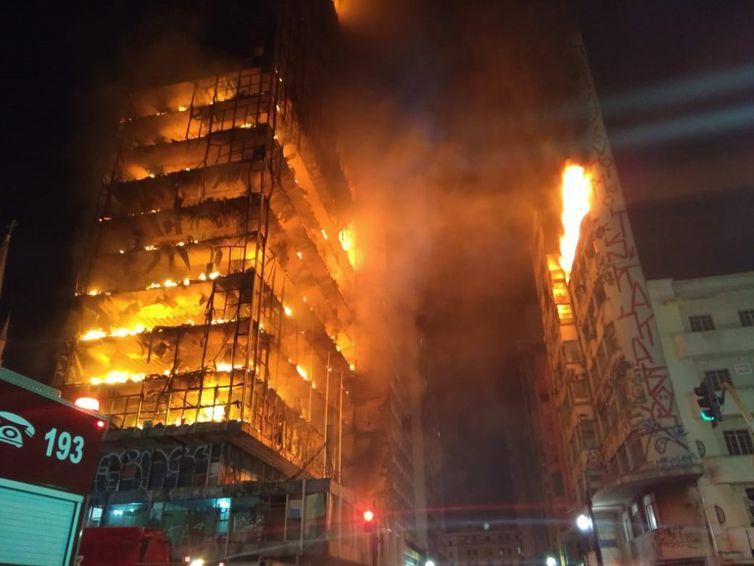 Prédio de 26 andares em chamas desaba no centro de São Paulo