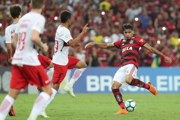 Flamengo vence Internacional e se isola na liderança do Brasileirão