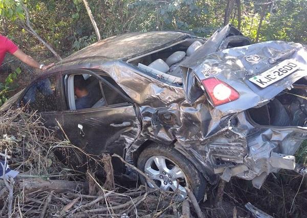 Motorista fica preso às ferragens do carro que dirigia ao ser envolver em acidente em Barbalha