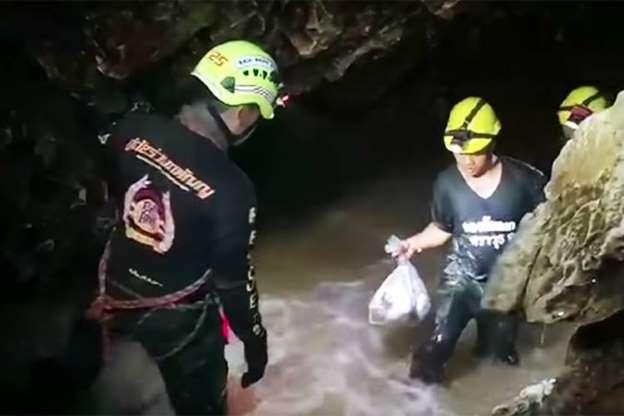 Todos os 12 meninos e o treinador estão fora da caverna na Tailândia