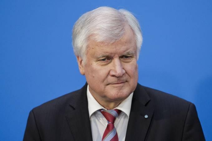 Ministro alemão pretende renunciar por desentendimentos com Merkel
