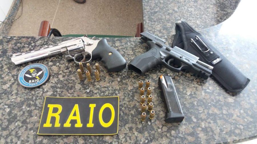 Duas armas apreendidas pelo RAIO em Crato, uma delas estava em poder de um policial da PM pernambucana