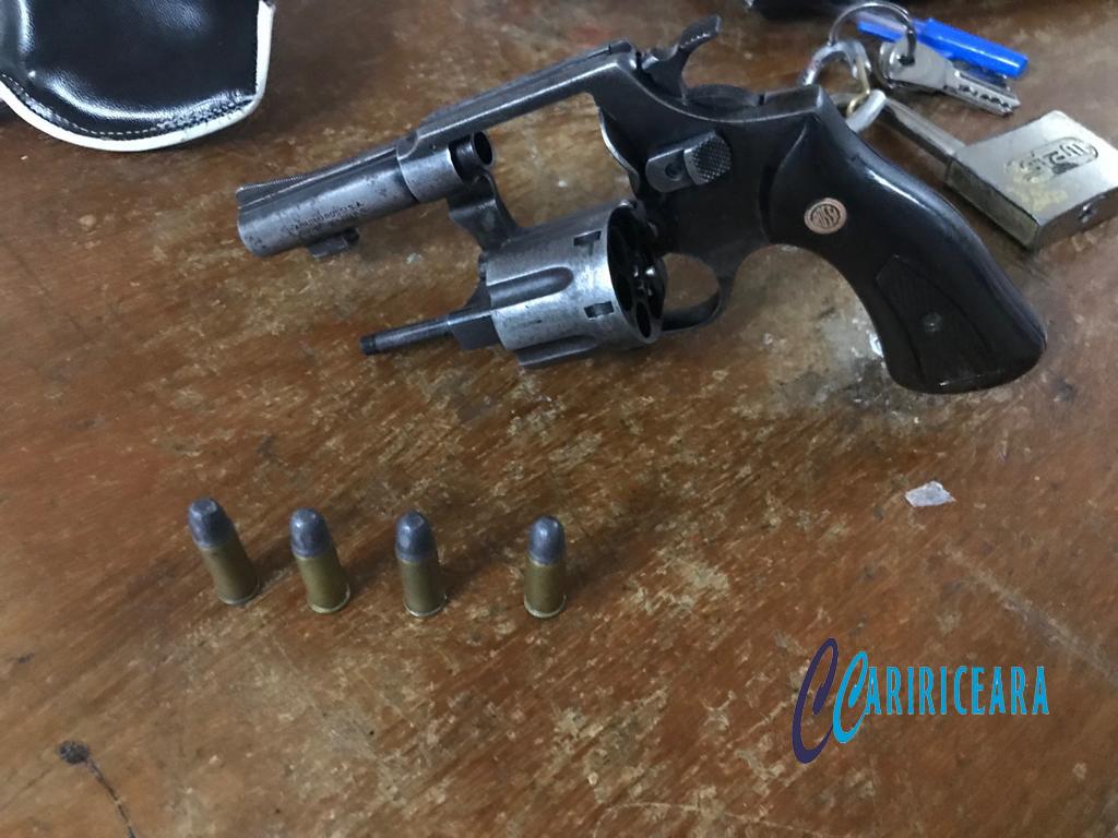 Jovem de 22 anos é preso de porte de arma de fogo em Potengi e liberado na DP após pagamento de fiança