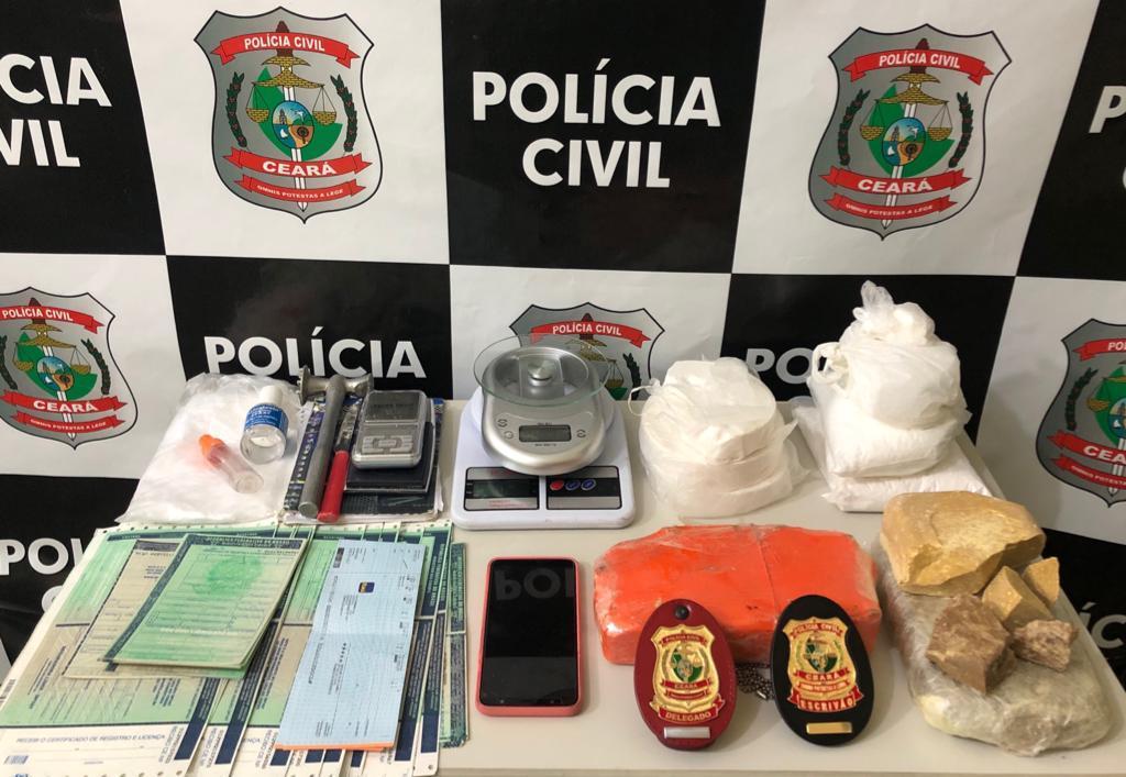 2,3Kg de cocaína e 2,2kg de crack além de documentos em branco de veículos automotores (CRLV e CRV) com indícios de falsificação Foto : Vc repórter/WhatsApp