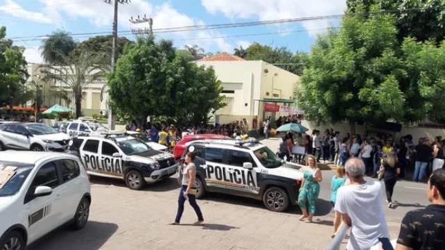 Candidatos reclamam de atraso na prova de concurso para Prefeitura de Juazeiro do Norte Foto Lorena - Tv Verdes Mares