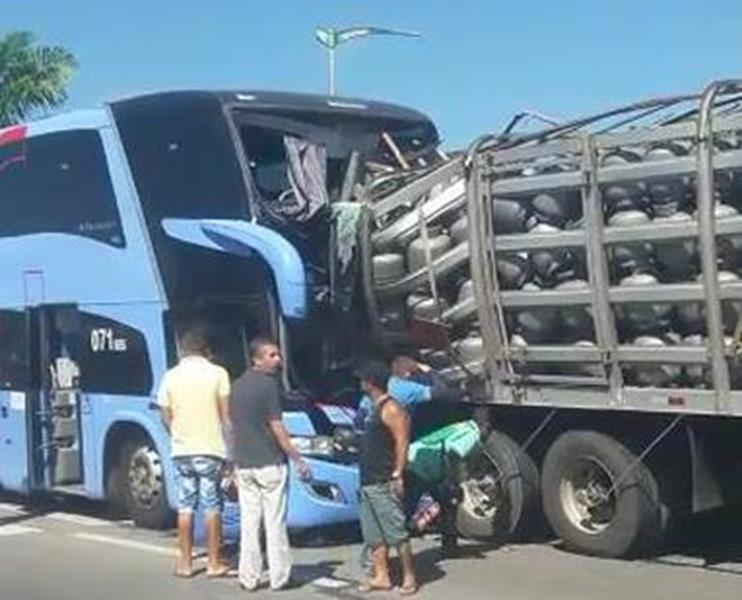 Acidente envolvendo três veículos deixa dois mortos na BR-116, em Horizonte-CE