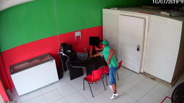 Câmera de segurança registra momento do assalto â loja Foto Divulgação