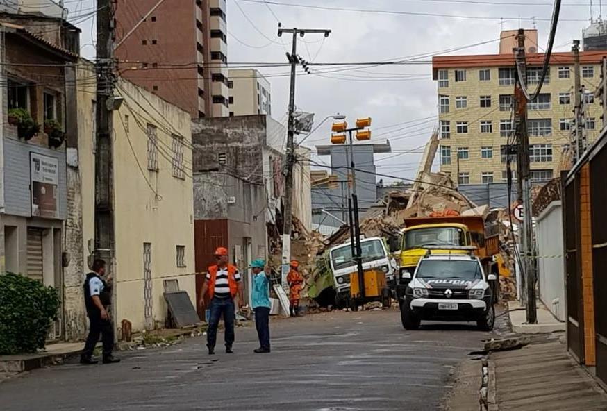 Bombeiros confirmam a segunda morte no Edifício Andrea; buscas continuam — Foto José LeomarSVM
