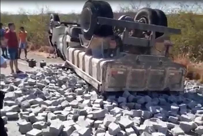 Caminhão caçamba capota na BR 230, em Várzea Alegre deixando seu condutor e ajudante FOTO REPRODUÇÃO