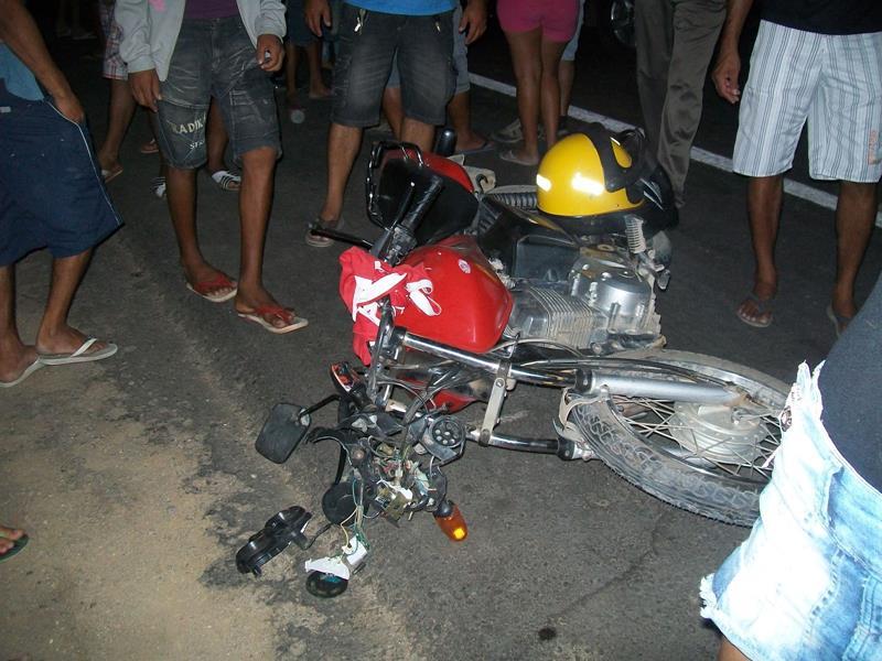 Moto vermelha acidente Foto arquivo