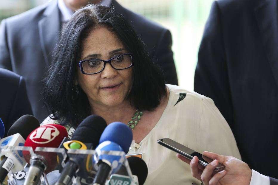 Ministra diz que governo vai criar canal para denunciar professor que atente 'contra a moral'