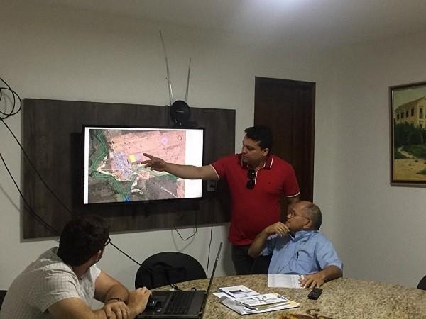Prefeito Pedro Henrique apresenta ao Bispo Dom Gilberto, locais que receberão infraestrutura turística Ascom