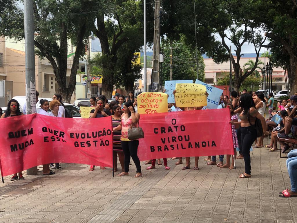 Em Crato, populares realizam protesto contra a gestão do prefeito Zé Ailton Brasil