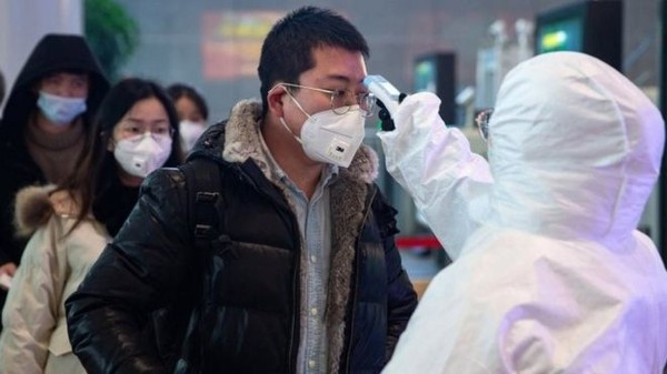 Medição de temperatura é uma das ações para tentar identificar pacientes infectados pelo coronavírus — Foto EPA