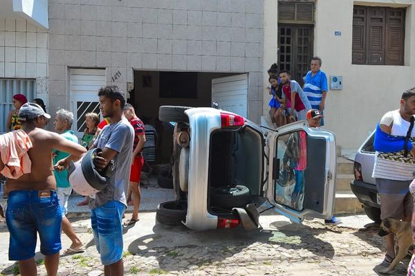 Motorista perde controle do carro e tomba após invadir garagem de residência em Crato