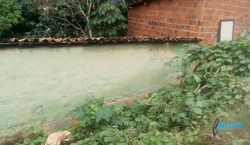Tragédia anunciada Chuva complica situação e paredão de pedra pode cair por cima de casa em Crato Foto Henrique Macedo agência Caririceara.com