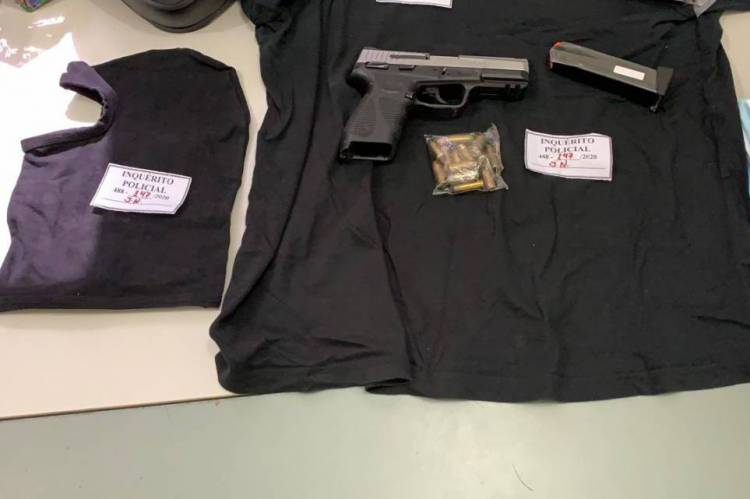 Foram apreendidas uma pistola calibre 40, sem registro em seu nome, com 16 munições, uma balaclava, uma blusa preta e um capacete. (Foto: Divulgação/Governo do Estado)