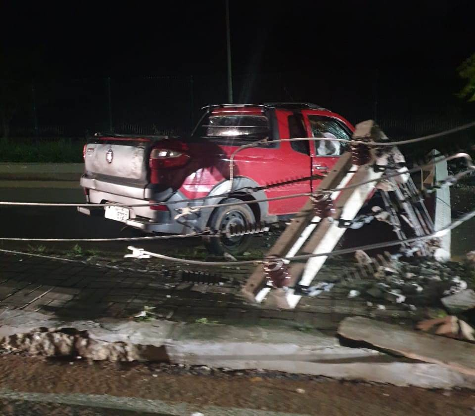 Carro desgovernado derruba 2 postes em avenida de Juazeiro do Norte