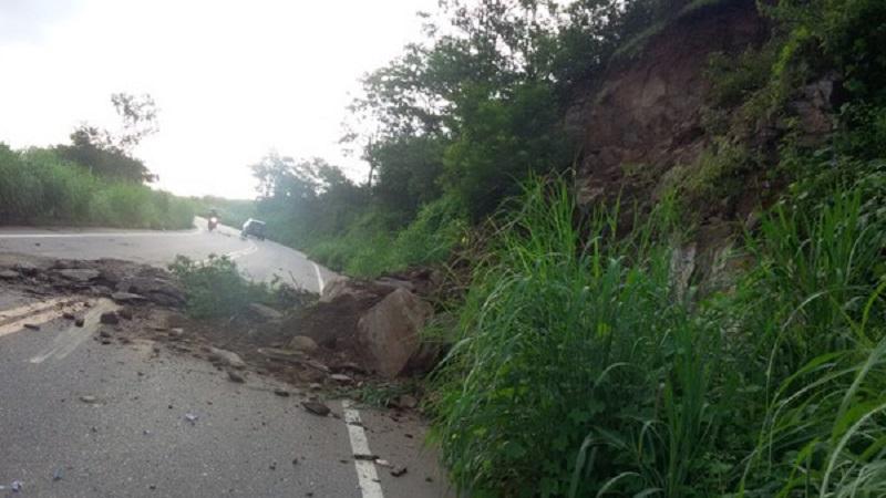 Deslizamento de terra bloqueia parte de rodovia CE 060, trecho que liga Caririaçu a Juazeiro do Norte — Foto José Aquino Arquivo Pessoal