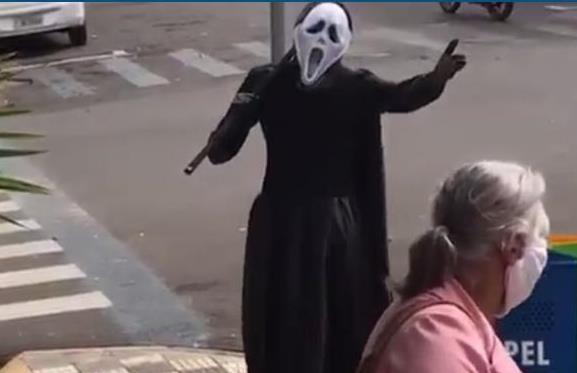 SP homem usa fantasia da Morte para 'expulsar' idosos das ruas