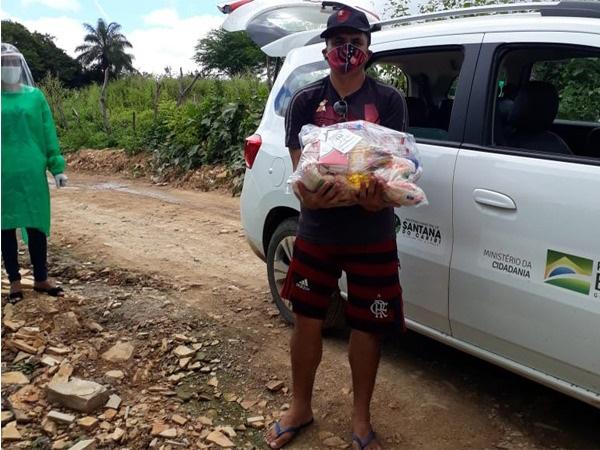 Feirantes e Mototaxistas com maiores dificuldades financeiras receberam cestas básicas Foto Reprodução Ascom.
