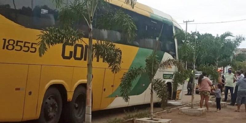 Ônibus vindo do Rio de Janeiro e abordado em barreira sanitária em Crato