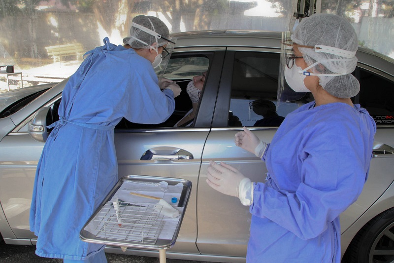 Hospital Osvaldo Cruz faz coleta de amostras do covid-19 em sistema de draive-thru. Foto: Ari Dias/AEN.