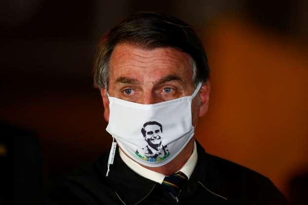 Foto Sérgio Lima Poder360 Presidente Jair Bolsonaro com máscara com sua imagem. O registro foi feito durante entrevista no Palácio da Alvorada, em 22 de maio