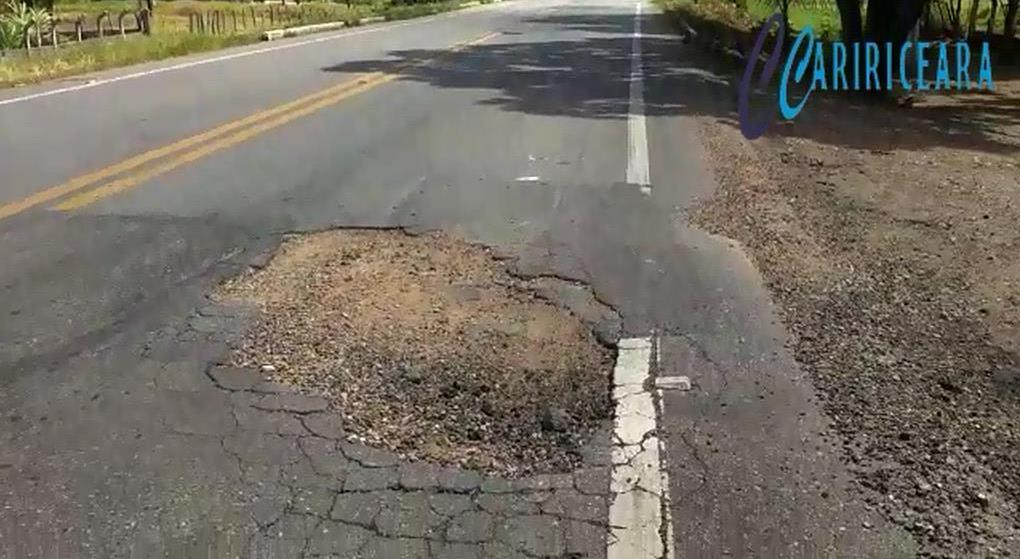 Moradores reclamam de buraco em estrada na zona rural do Crato - Imagens do Professor Marcos Carvalho