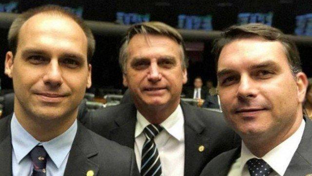 O deputado Eduardo Bolsonaro, o presidente Jair Bolsonaro e o senador Flávio Bolsonaro Foto Reprodução