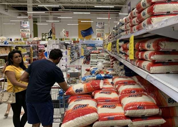 Foto Dida Sampaio_Estadão - 18.3.2020 Pacote de 5 quilos de arroz chega a ser encontrado por R$ 40 nas últimas semanas.