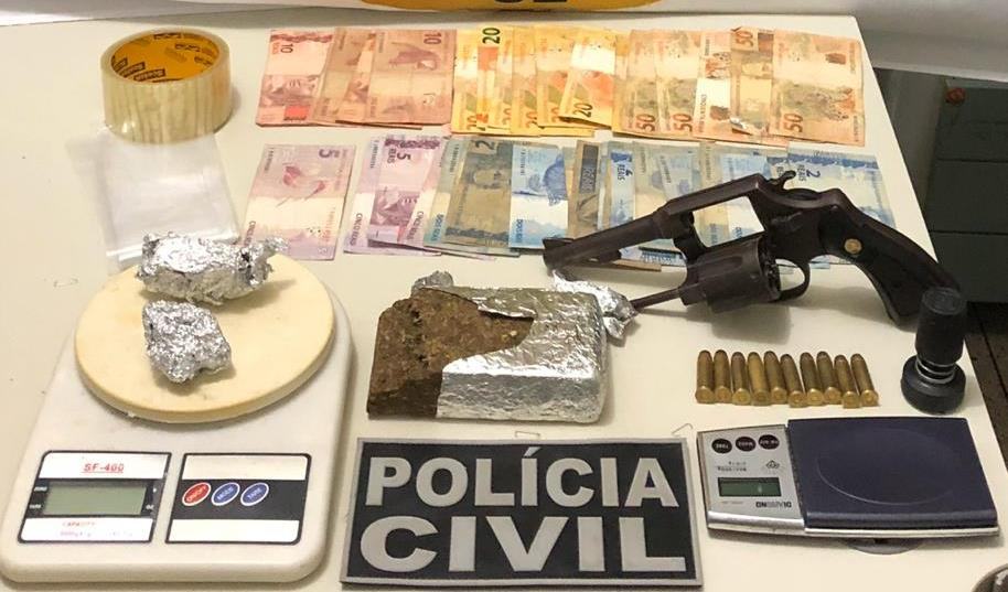 Suspeito de tráfico de drogas e posse de arma é preso em flagrante Polícia Civil de Juazeiro do Norte FOTO POLÍCIA CIVIL_DIVULGAÇÃO