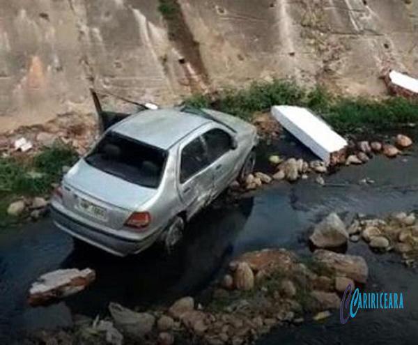 Motorista perde controle da direção e carro cai canal do Rio Granjeiro em Crato; veja o vídeo (2)