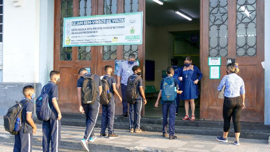 na-foto-alunos-fazem-fila-para-entrar-no-instituto-de-educacao-do-amazonas-hoje-as-aulas-presenciais-foram-retomadas-na-rede-estadual-1601472323884_v2_900x506
